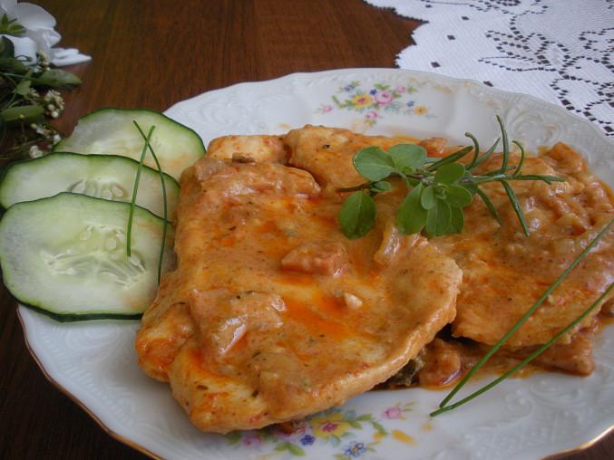 Kuřecí plátek v  cibulovo-paprikové omáčce