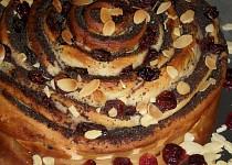 Srolovaný kynutý makový koláč