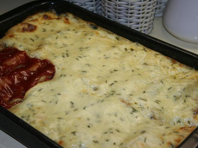 Cannelloni s voňavou masovou směsí a bešamelem, porce s kečupem pro dceru
