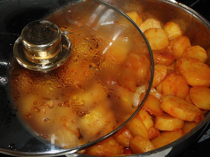Dušené paprikové brambory, ...potom přidáme brambory...