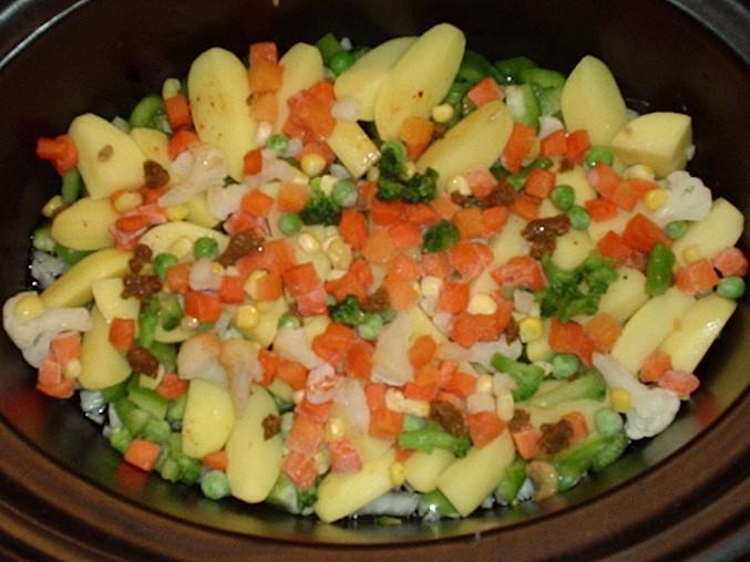 Navrstvíme cibuli, brambory a zeleninu