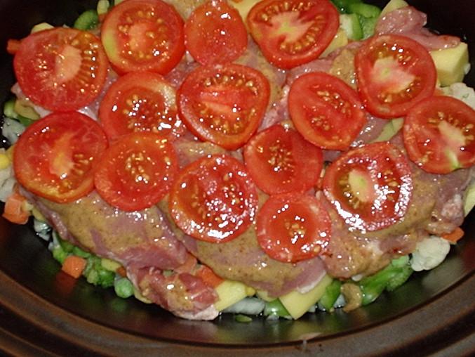 Maso poklademe na plátky pokrájenými rajčaty.