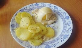 Kuřecí prsa s broskví, sýrem a pečenými bramborami