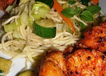 Kuřecí prsa Tandoori se zeleninovými nudlemi