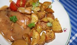 Kuře s opečenými bramborami