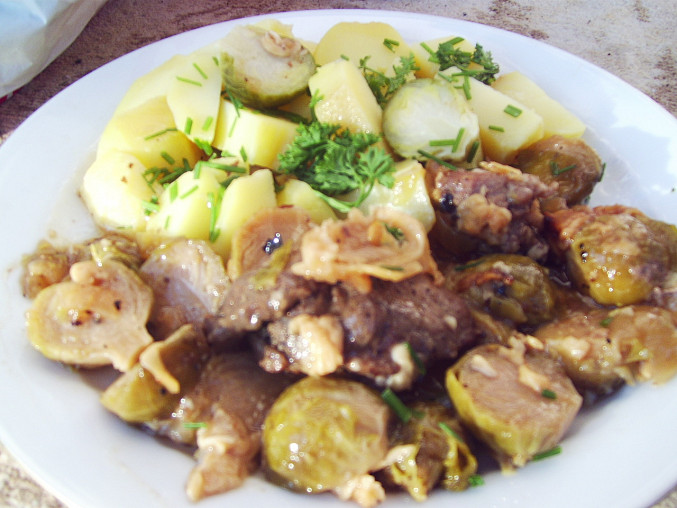 Vepřové maso zapečené s růžičkovou kapustou a sýrem