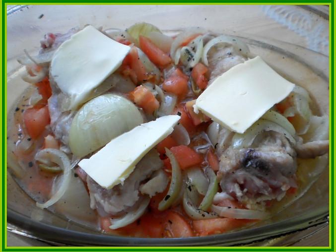 Kuřecí křenový závitek, osmažené závitky vložit do zap.mísy,přidat orestovanou cibuli,česnek,oregano,rajčata,máslo,vodu a dát zapéct