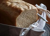 Bílý chléb s arašídovým máslem