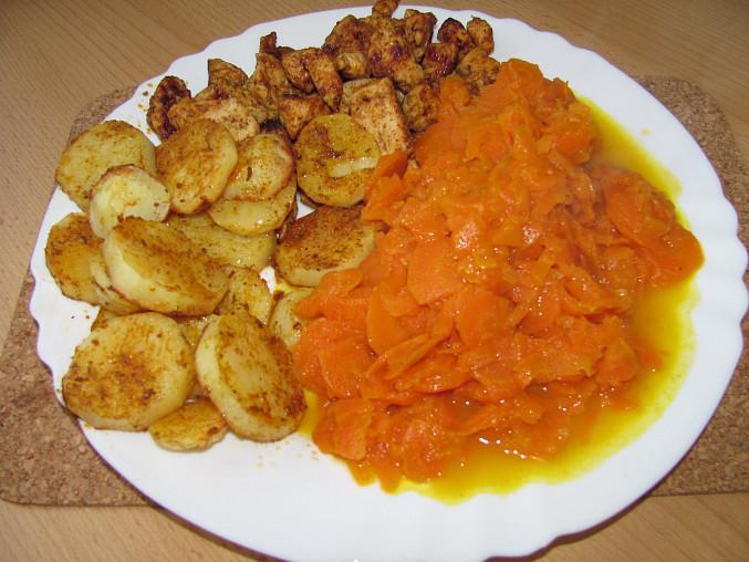 dušená mrkev s pečenými brambory a kuřecím masem