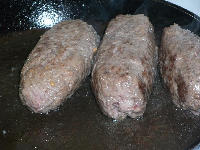Hovězí plátky z mletého masa v  žampiónovorajčatové omáčce