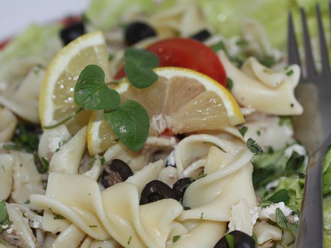 Těstovinový salát s tuňákem a bylinkami