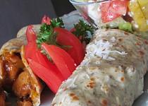 Bylinkové palačinky s kuřecí a zeleninovou směsí