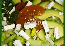 Okurkový salát s avokádem, broskví a balkánem