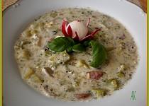 Ředkvičková polévka s brokolicí a kysanou smetanou