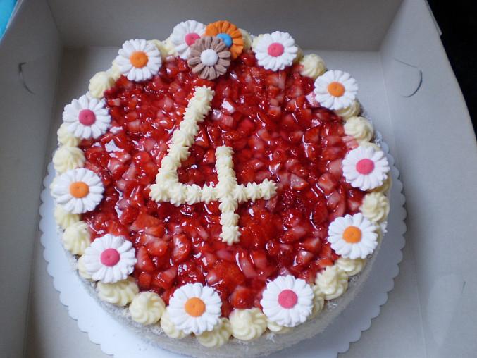 Jahodový dortík, a ozdobíme kytičkama