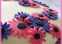 Květinový růžovofialový dort
