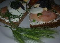 Mini žitné  chlebíčky s lososem,  tuňákem, vejci, lučinou a koprem