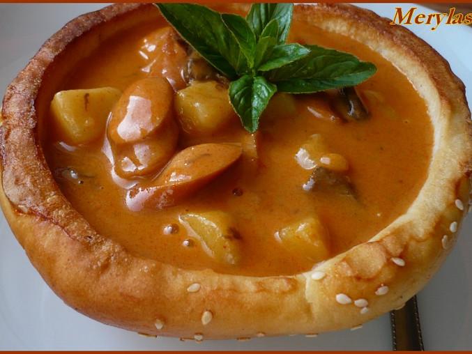 V misce je smetanový bramborový guláš s houbami