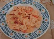 Zeleninovo-těstovinový salát s čabajkou a balkánským sýrem