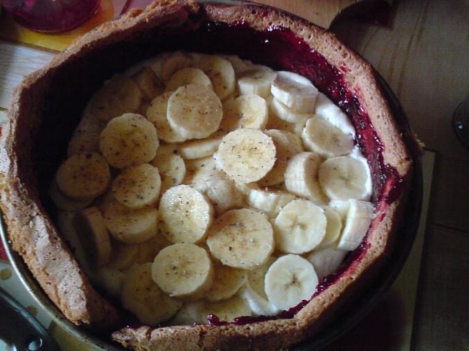 Banánový zákusek s odlehčeným krémem, ještě před seříznutím okrajů...
