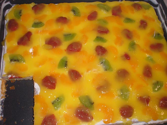 Pod polevu (fanta s pudinkem) jsem přidala ovoce - jahody, kiwi, mandarinky - výborné :)