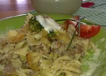 Farfalle s brokolicí, hlívou ústřičnou, slaninou a chutnou sýrovou omáčkou