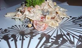 Salát s kuřecím masem a těstovinami