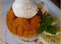 Bábovičky s vaječným likérem a zmrzlinou