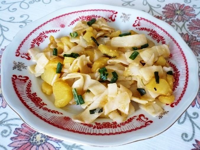 Barevné těstoviny s bramborami