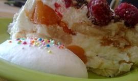 Chlazený a osvěžující zákusek s malinama a s meruňkami