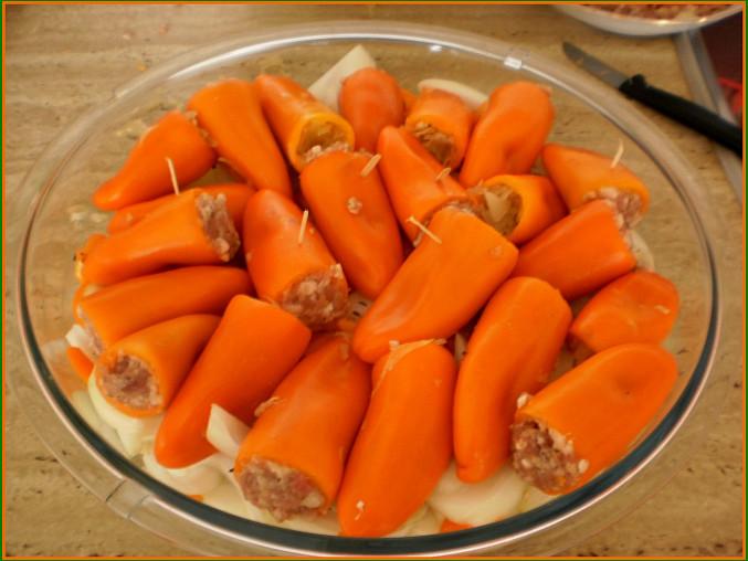 naskládáme naplněné papričky,podlijeme zeleninovým vývarem a pečeme 45minut