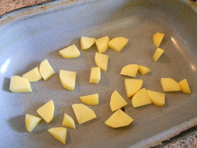 na suchý pekáček vložíme brambor na kostičky