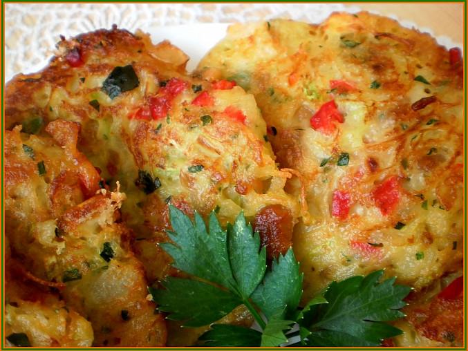 Cuketovo-zeleninové placičky se škvarkama a sýrem