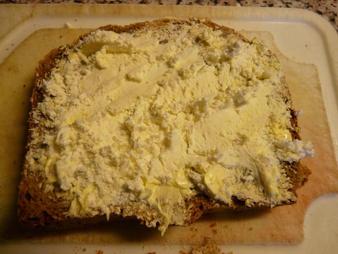 Na vlastnoručně upečeném chlebíčku