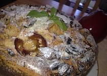Křehký jablko-švestkový koláč