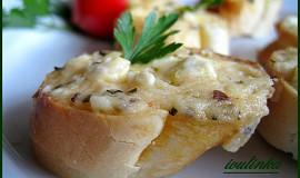 Rohlíky zapečené se sýrovo-bazalkovou pomazánkou