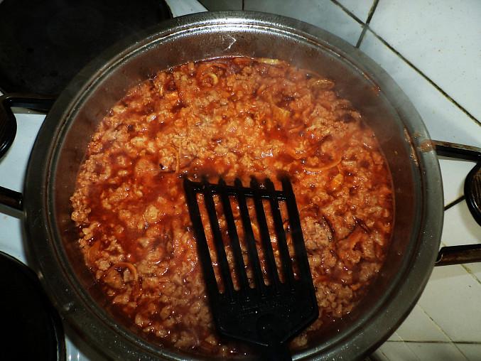 granulát s kečupem a cibulkou