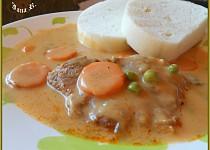 Vepřové na smetaně s mrkví a hráškem