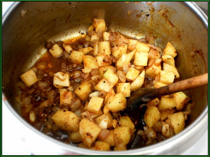 k osmažené slanině přidáme cibuli,10minut restujeme,přidáme česnek,koření,bramboru,sl.papriku a promícháme