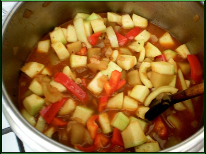 pak přidáme cuketu a papriky,přilijeme vývar z koření a vaříme dalších 5minut