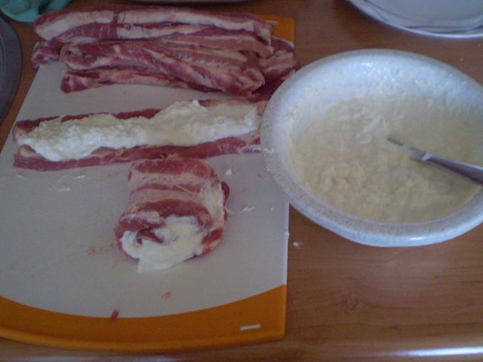 Pomažeme plátky masa a zabalíme