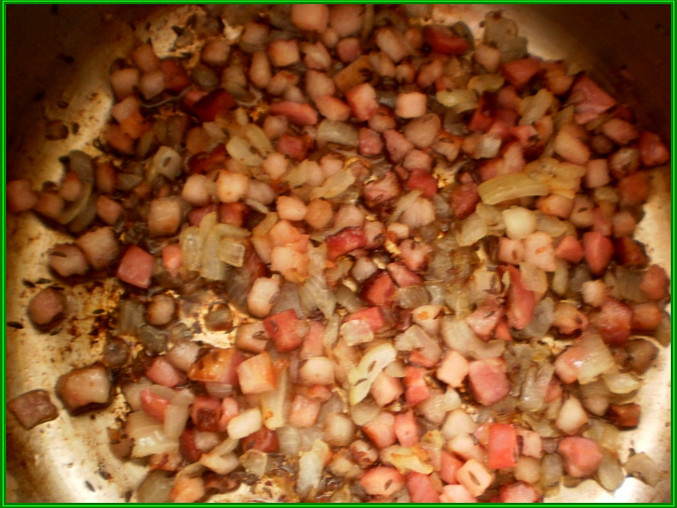 na oleji osmahneme kmín,cibuli a slaninu