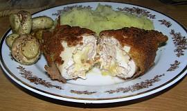 Obalovaný kuřecí závitek se šunkou a sýrem