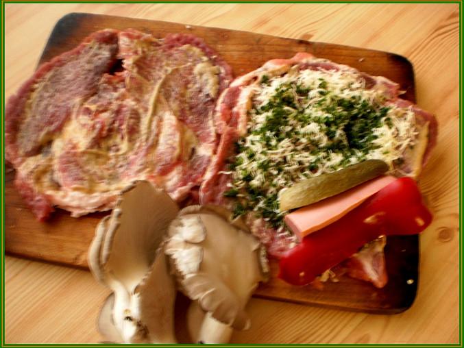 naklepané plátky masa okořeníme,potřeme hořčicí,posypeme sýrem a pažitkou...