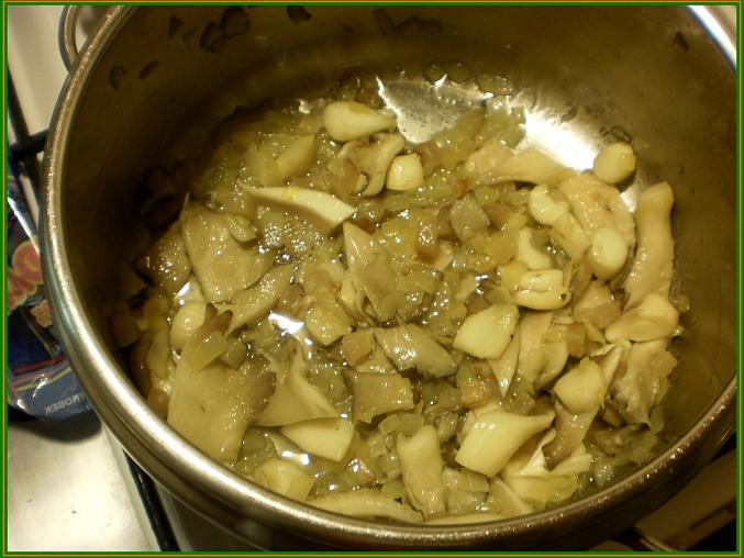 na oleji necháme zesklovatět cibuli společně se špekem,přidáme hlívu a chvíli zarestujeme