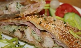 Plněné listové těsto kuřecím masem a šunkou