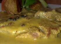 Roštěnka s pepřovou omáčkou a pečenými brambory