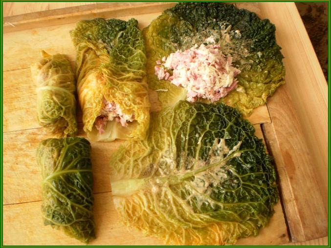 spařené,osušené listy potřeme hořčicí,opepříme a poklademe směsí uzeného a sýra
