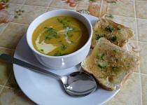 Dýňová polévka s jablky a sýrovo - tymiánové tousty