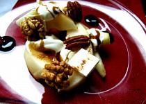 Hruškový salát s kozím sýrem a ořechy
